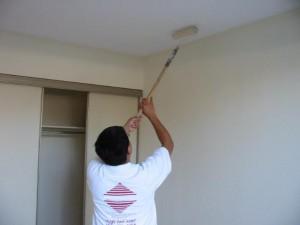 Грунтование поверхности потолка