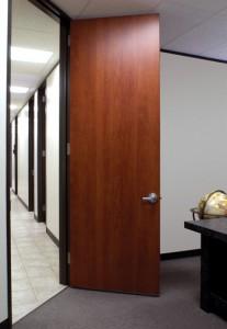 Установка ламинированных дверей